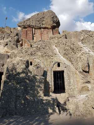 Felsenkapelle mit Kreuzsteinen