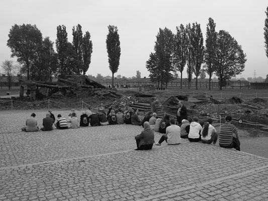 Gruppen jugendlicher Besucher in der Gedenkstätte