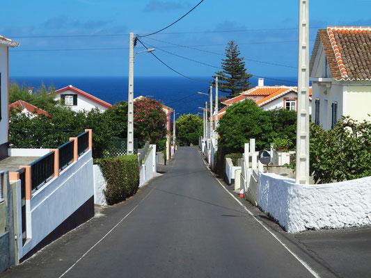 Straße von Biscoitos hinunter zum Meeresschwimmbecken