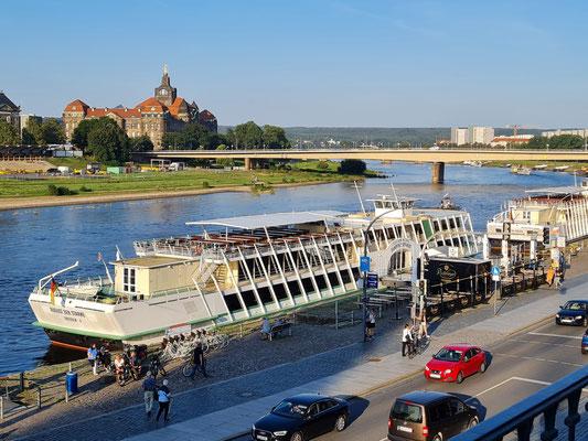 Blick von der Brühlschen Terrasse zur Elbe mit dem Salonschiff August der Starke, im Hintergrund die Carolabrücke und die Sächsische Staatskanzlei