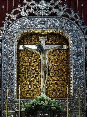 La Laguna. Königliches Heiligtum und Kloster San Francisco. Der gotische Santísimo Cristo ist eines der am meisten verehrten Christusstandbilder der Kanarischen Inseln; Retabel und Kreuz aus getriebenem Silber