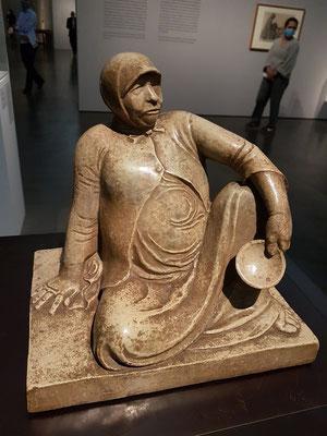 Russische Bettlerin mit Schale, 1906. Steinzeug (Mutz-Keramik)