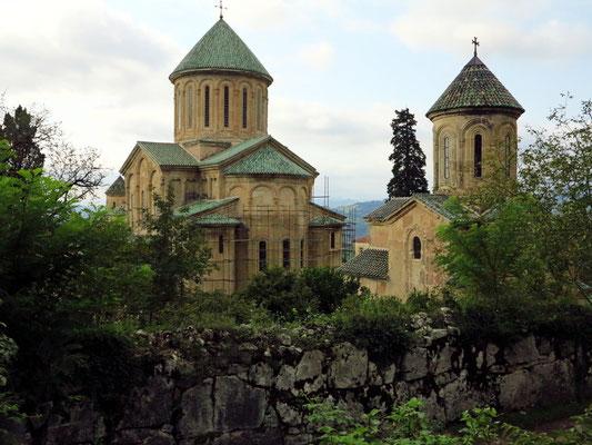 Kathedrale der Geburt der seligen Jungfrau Maria und St.-Georgs-Kirche (rechts) innerhalb der Klostermauer
