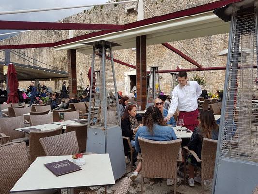 Café-Restaurant Mozart vor der Stadtmauer von Budva