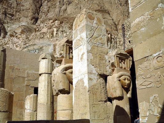 Inneres der Hathor-Kapelle. Sogenannte Hathorkapitelle zieren die Pfeiler und Säulen des Heiligtums der Göttin Hathor. Auf den Pfeilerdekorationen wird der Falkengott Horus dargestellt, mit den Kronen von Ober- und Unterägypten.