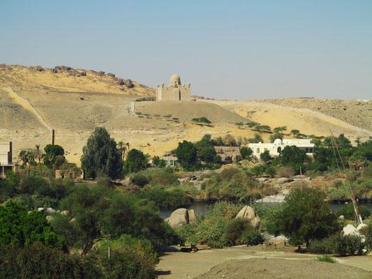 Blick von Elephantine zum Mausoleum des Aga Khan III. (gestorben 1957) und zu seiner Villa Nur Es-Salam