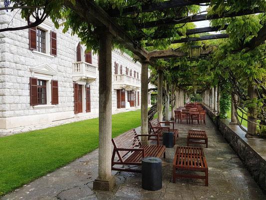 Villa Miločer, ehemalige Sommerresidenz der königlichen Familie Karadjordjević, gehört heute zum luxuriösen Hotelkomplex Sveti Stefan
