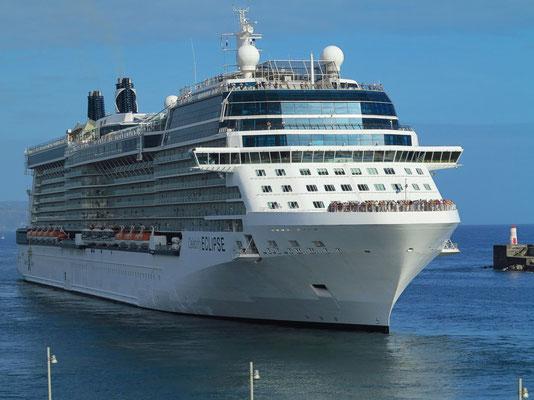 """Kreuzfahrtschiff """"Celebrity Eclipse"""" beim Auslaufen rückwärts aus dem Hafen von Ponta Delgada"""