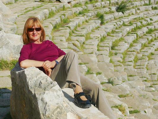 Almut im römischen Theater in Myra