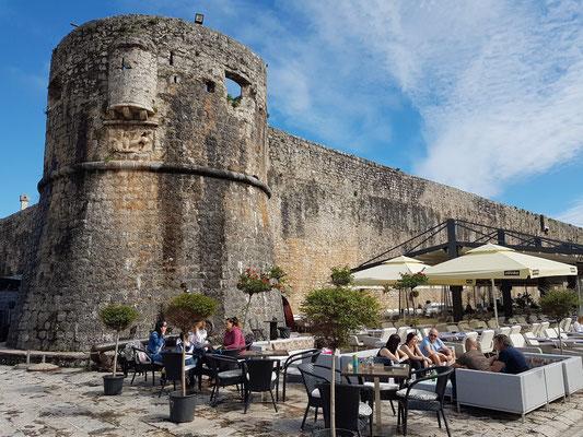 Festungsmauer der Altstadt von Budva mit Restaurant Korkovado Budva