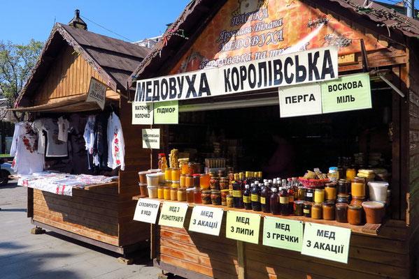 Einer der vielen Stände auf dem Svobody Prospekt, Verkauf von Honig
