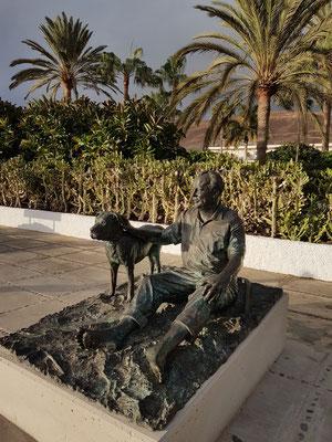 """Zum Gedenken an Willy Brandt wurde am 27. 10. 2017 eine Statue in Jandia enthüllt. Die dortige Strandpromenade Calle Acantilado wird den Namen """"Paseo Willy Brandt"""" erhalten."""