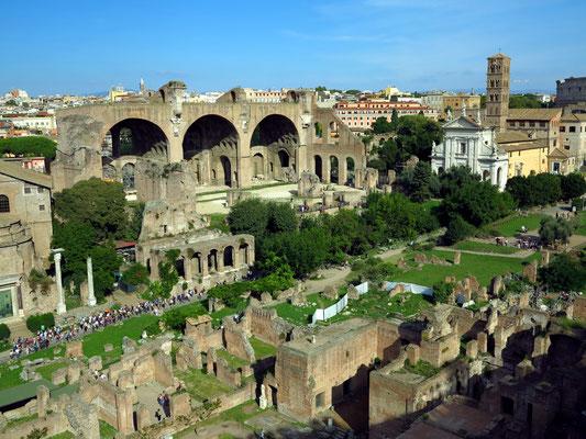 Blick vom Domus Tiberiana auf das Forum Romanum mit der Basilica Maxentius und der Basilica di Santa Francesca Romana