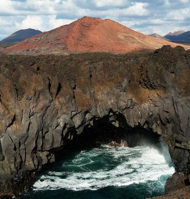Vordere Umschlagseite: Los Hervideros und Montaña Bermeja, westlich von Yaiza