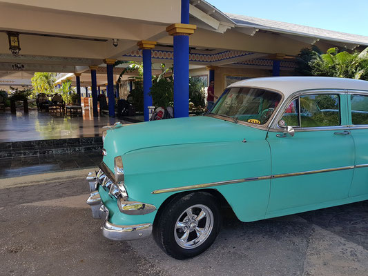 Unser Taxi, ein Chevrolet, Baujahr 1954, vor dem Resort Paradisus Río de Oro