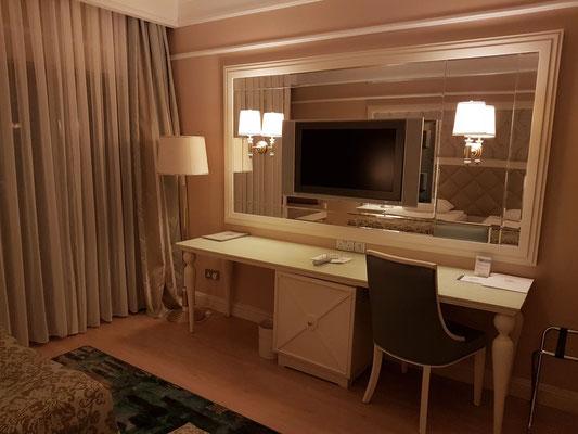 Schreibtisch, verspiegelte Wandfläche mit Flachbild-TV