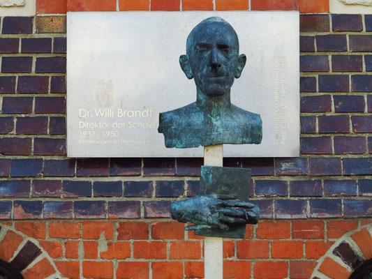 Bronzebüste des ehemaligen Leiters des Gymnasiums Friderico-Francisceum, Willy Brandt (1885-1975), der 1945 an der kampflosen Übergabe der Stadt beteiligt war.  Gestiftet von seinem Schüler Prinz Claus der Niederlande