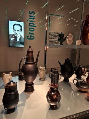 Vitrine mit Keramikgefäßen, im Hintergrund auf dem Foto Bauhausgründer Walter Gropius