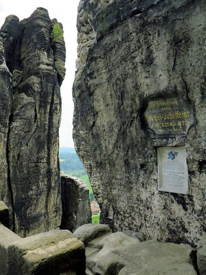 Gedenktafel an einem Felsen an der Basteibrücke