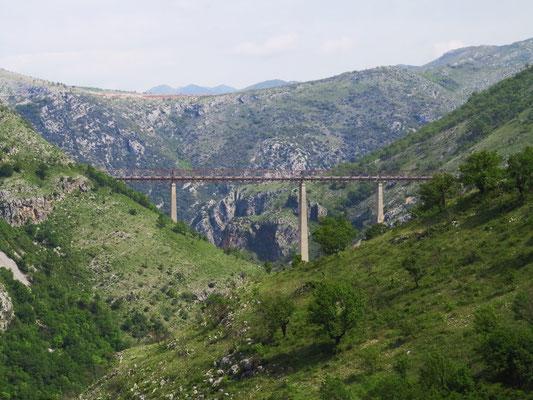 Mala-Rijeka-Viadukt. Mit 198 m Höhe über Talgrund und 137,5 m hohen Pfeilern ist sie die höchste Eisenbahnbrücke Europas.