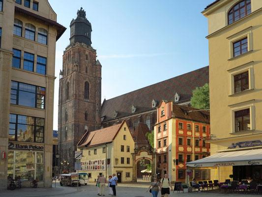 """Elisabethkirche mit den windschiefen Häusern """"Hänsel und Gretel"""" an der Nordwestecke des Rynek"""