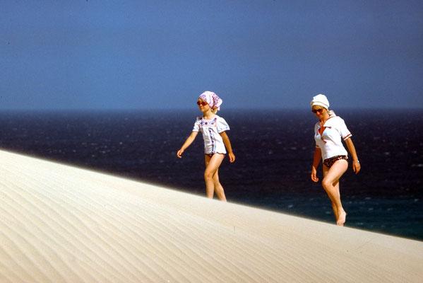Große Düne im Sommer 1977: Kerstin (fast 8 Jahre) und Almut (34 Jahre)