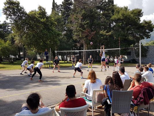 Volleyball-Spiel am Strand von Budva