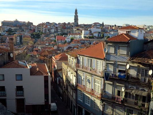 Blick über die Altstadt von Porto bis zum Torre Clérigos