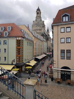 Blick in die Münzgasse mit vielen Restaurants, links hinten die Frauenkirche