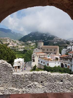 Ravello. B&B Palazzo Della Marra, Blick von der Dachterrasse nach Norden zur Chiesa di Santa Maria a Gradillo
