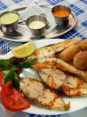 Gegrillter Fisch (Jurel) mit Papas Arrugadas und Mojo-Soßen