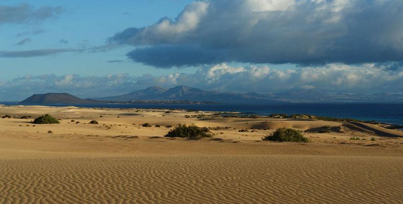 Parque Natural de Corralejo, Blick nach NE zur Insel Lobos (links) und nach Lanzarote