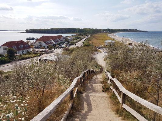 Blick vom Schmiedeberg (ehemals ein slawischer Burgwall) auf das Salzhaff (links) und die Ostsee (rechts)