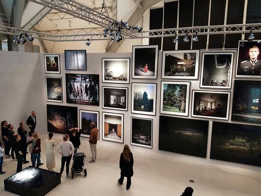 """Im """"Kaisersaal"""" die Ausstellung in klassischer barocker Hängung"""