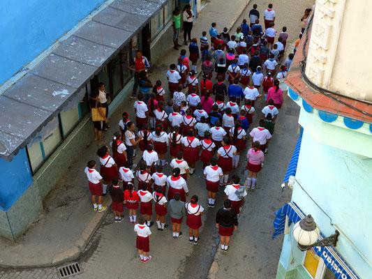 Blick vom Hotel nach O  in die Calle Obispo, mit Schulkindern zum morgendlichen Appell