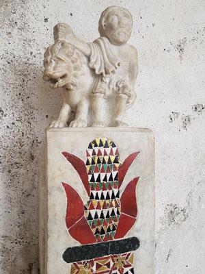 Eckpfeiler mit Mosaikmuster, darauf Samson, der den Löwen zerreißt