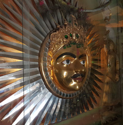 Thronraum mit dem großen Sonnenemblem, dem Wahrzeichen des Hauses Mewar