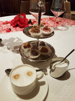 Cappuccino mit Pralinen