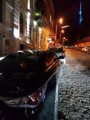 Seitenstraße der Rustaveli Avenue mit Blick auf den beleuchteten Fernsehturm von Tbilisi