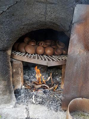 Sienarote Tonerde sorgt für die typische Glasur, gebrannt wird das Töpfergut in einem mit Holz gefeuerten Steinofen.