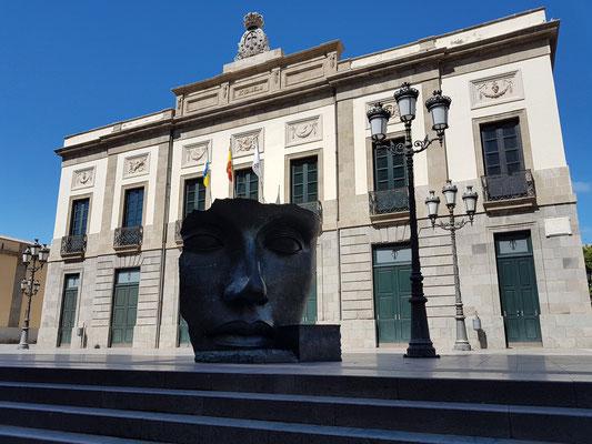 Teatro Guimerá mit der schwarzen Maske von Igor Mitoraj