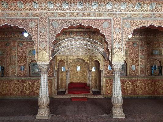 Blick auf die private Audienzhalle in Anup Mahal, der im 17. Jh. unter Anup Singh entstand, mit phantastischer Dekoration aus Spiegeln, Einlegearbeiten und Malereien in Gold