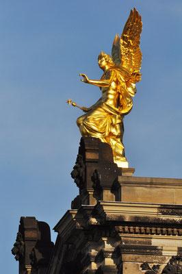 Dresden, Phantasos (ein Sohn des Gottes des Schlafs) auf dem westlichen Eckrisalit der Dresdner Kunstakademie (22.8.2010)