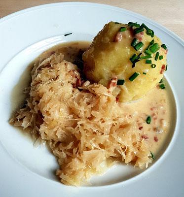 """""""Gefillde"""", das saarländische Nationalgericht: Kartoffelkloß mit einer würzigen Hackfleisch-Leberwurstfüllung, Specksauce und Sauerkraut"""