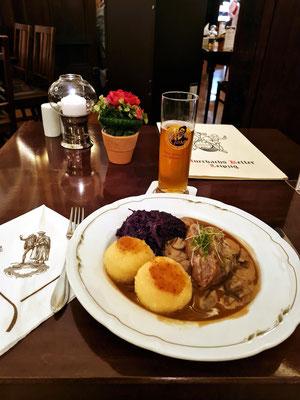Mein Abendessen in Auerbachs Keller: Wildschweinbraten mit Apfelrotkohl und Kartoffelklößen, dazu Leipziger Gose-Bier (traditionelles obergäriges Weizenbier, ursprünglich aus Goslar)