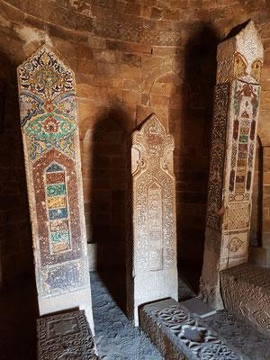 Yeddi Gumbaz Mausoleum, Blick in ein Mausoleum mit Grabsteinen