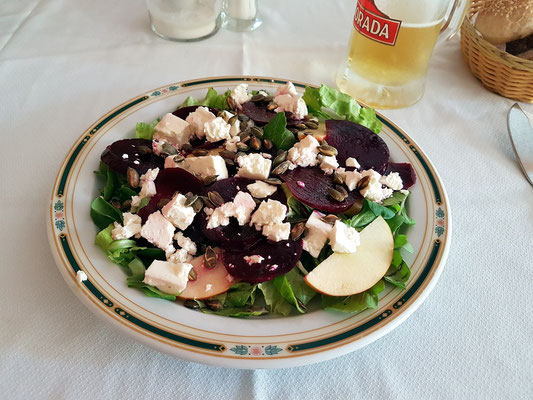 Rote Beete-Apfel-Salat mit Fetakäse, gerösteten Kürbiskernen auf verschiedenen grünen Salaten...für Frank