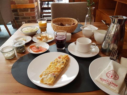 Frühstück im Romantik Hotel Scheelehof (am Tisch serviert)