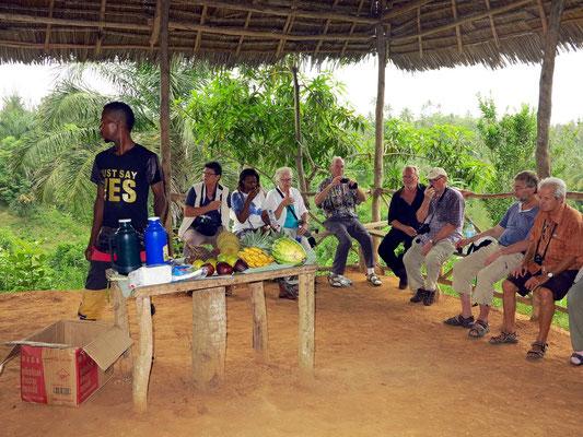 Teepause in der Gewürzfarm von Kizimbani