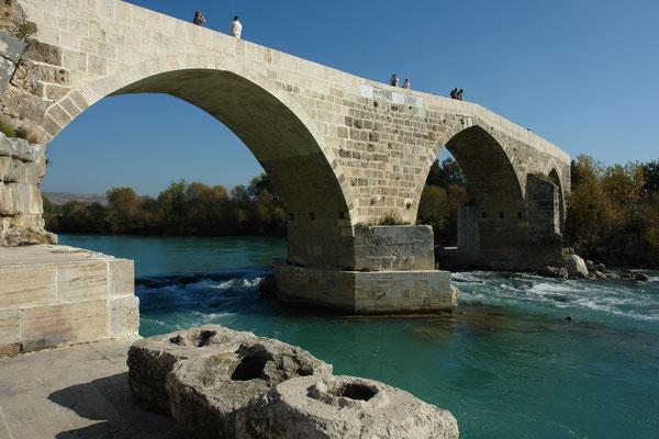 Eurymedonbrücke bei Aspendos, im Vordergrund Lochsteine der Aspendos-Druckleitung